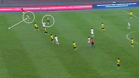 Chỉ cần một đường chuyền vượt tuyến cùng một cầu thủ đá biên tốc độ cao là UAE đã bẻ gãy hàng thủ Malaysia