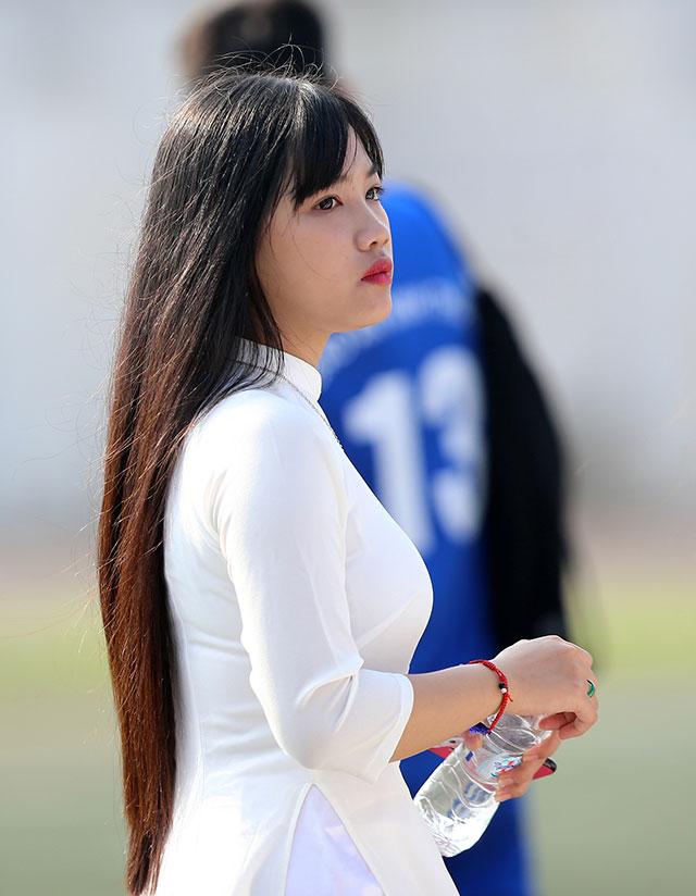 Vẻ đẹp tinh khôi của các nữ học sinh như xoa dịu cái nóng trên sân cỏ nhân tạo