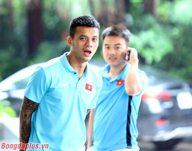 Các cầu thủ Việt Nam tranh thủ gặp bạn bè trước khi có buổi tập kín vào tối nay