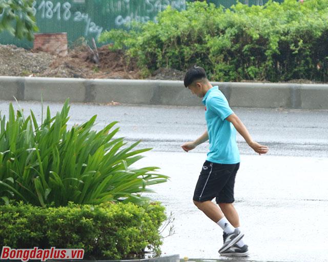 Tân binh Trọng Hùng hớt hải chạy dưới mưa để sang quán cafe cạnh đường gặp bạn bè