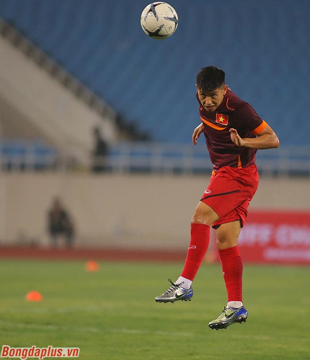 Tân binh Trọng Hùng tích cực tập luyện và chờ cơ hội có trận đấu đầu tiên cho đội tuyển Việt Nam trong cuộc đời