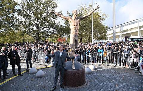 Ibra bên bức tượng tri ân của mình