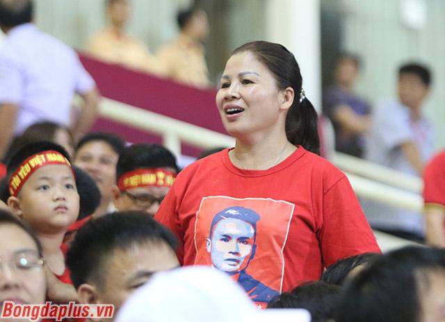 Trên khán đài, mẹ của Quang Hải bày tỏ niềm vui khi cậu con trai của mình ghi bàn thắng quan trọng