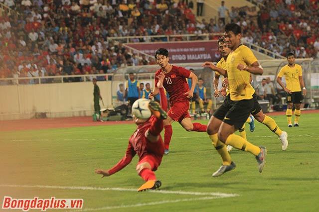 Quang Hải dứt điểm ở tư thế không được như kỳ vọng, nhưng anh vẫn đủ để khiến thủ môn Malaysia phải vào lưới nhặt bóng