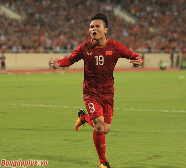 Quang Hải dang 2 tay, chỉ xuống đất giống như ngôi sao Cristiano Ronaldo