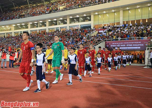 Đội tuyển Việt Nam tiến ra sân với sự cổ vũ của gần 40.000 khán giả nhà, trong trận đấu với Malaysia ở lượt 2 vòng loại World Cup 2022 khu vực châu Á