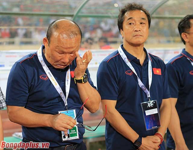 HLV Park Hang Seo lau nước mắt. Ông chia sẻ mình bị tắc tuyến lệ. Nhưng vì dành nhiều thời gian cùng đội tuyển Việt Nam nên chưa điều trị dứt điểm