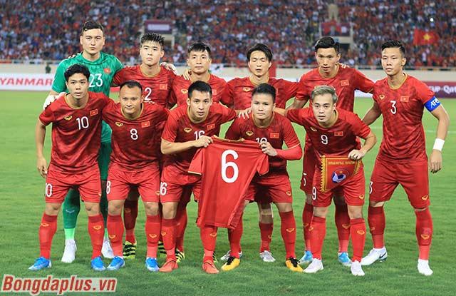 Hình ảnh rất đẹp của đội tuyển Việt Nam khi các tuyển thủ cầm số áo 6 của Lương Xuân Trường như một sự tri ân. Xuân Trường đã bị đứt dây chằng và phải nghỉ thi đấu 6-9 tháng
