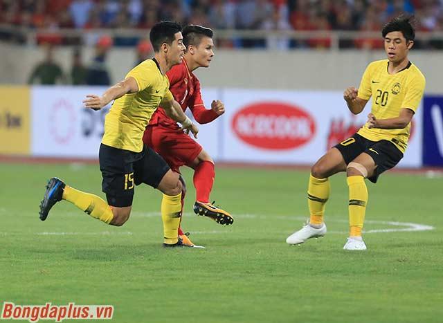Quang Hải liên tục bị cầu thủ Malaysia chăm sóc kỹ càng