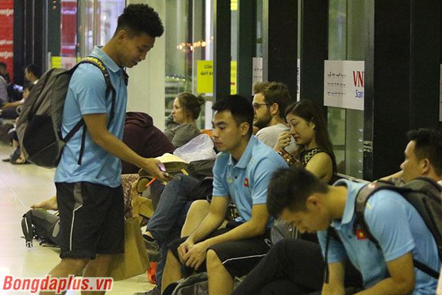 Các cầu thủ mới chỉ kết thúc trận đấu với Malaysia vào 22h00 tối nay 10/10. Họ chỉ có đúng 5-6 tiếng đồng hồ để có thể tắm rửa, ăn nhẹ bữa đêm và sắp xếp hành lý