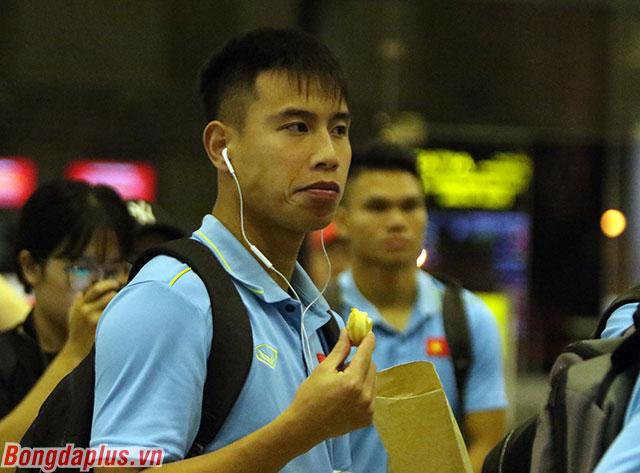 Tân binh Việt Phong tranh thủ ăn nhẹ ở sân bay