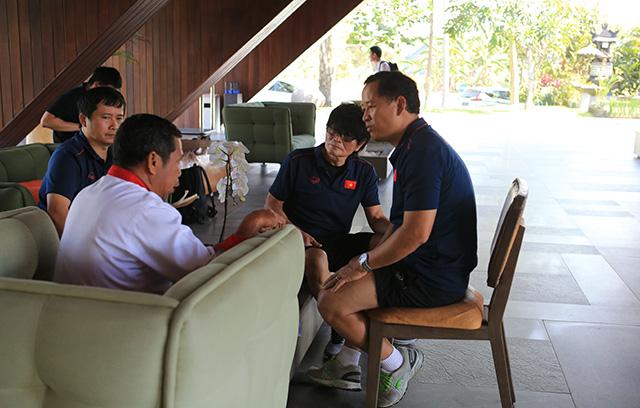 Các bác sỹ của ĐT Việt Nam đang trao đổi với nhân viên khu nghĩ dưỡng về thực phẩm cho đội