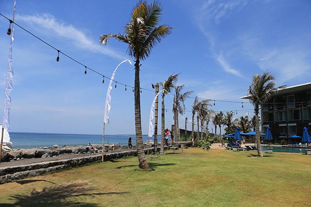 Nằm sát bờ biển,Wyndham Tamansari Jivva Resort rất bình yên, không khí trong lành nên dễ tạo cảm giác thoải mái và thư thái
