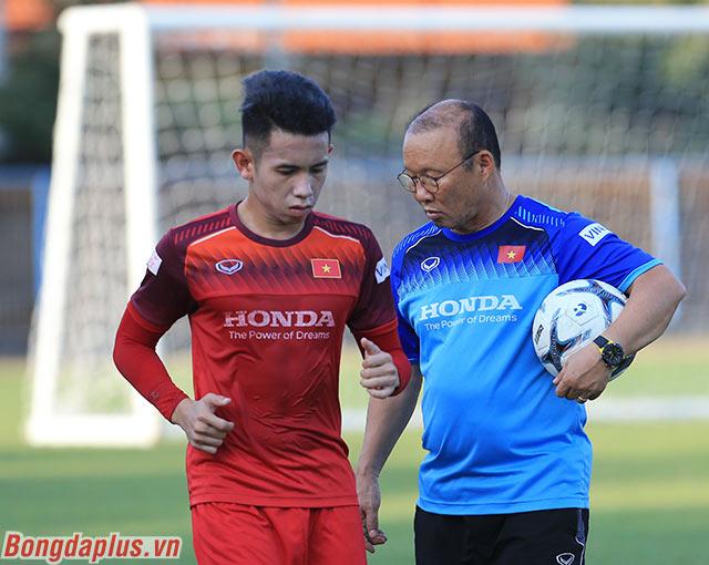 Trong buổi tập đầu tiên của đội tuyển Việt Nam tại Bali (Indonesia), HLV Park Hang Seo chia đội thành 2 nhóm. Một nhóm là đội hình chính đã đá trận gặp Malaysia. Nhóm còn lại là các cầu thủ dự bị hoặc không thi đấu.