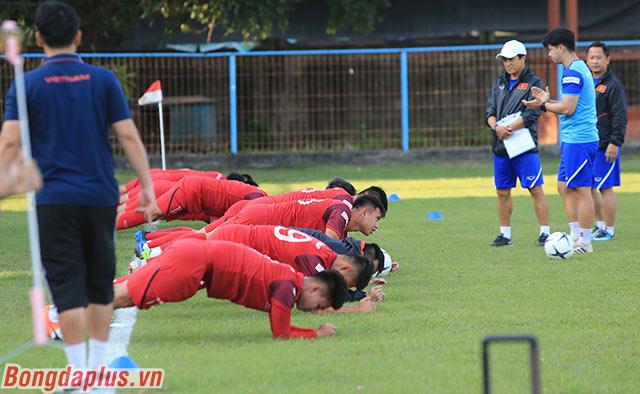 Trợ lý Lee Young Jin phụ trách tập cho các cầu thủ dự bị trong trận gặp Malaysia
