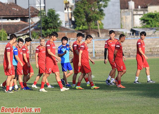 Ông cùng bác sỹ Choi Ju Yong đi bộ thả lỏng cùng 11 cầu thủ đá chính của ĐT Việt Nam ở trận thắng 1-0 Malaysia