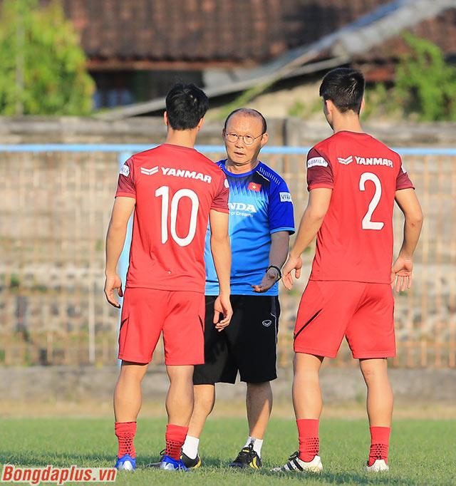 Thầy Park sau đó gọi Duy Mạnh vào và trao đổi với 2 cầu thủ