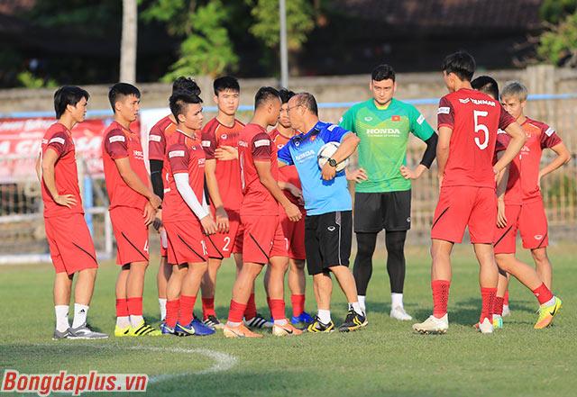 HLV Park Hang Seo nói chuyện và trao đổi với đội hình chính của Việt Nam trong trận đấu với Malaysia