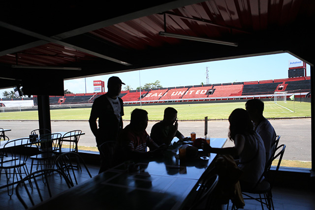 Tại nhà hàng, khán giả  có thể vừa ngồi lòng lạnh vừa xem cầu thủ thi đấu