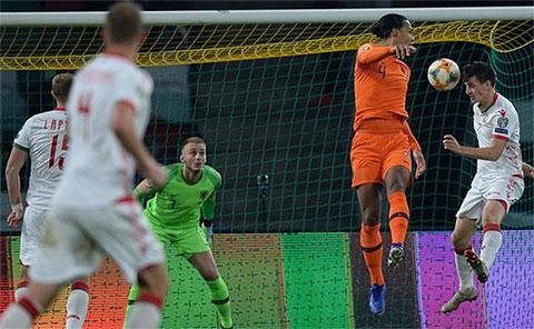 Van Dijk để đối phương lẻn ra phía sau ghi bàn