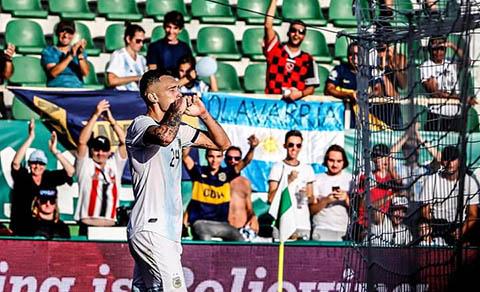 Ocampos ghi bàn ấn định chiến thắng 6-1 cho Argentina
