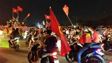 CĐV ùn ùn đổ ra đường mừng chiến thắng của ĐT Việt Nam