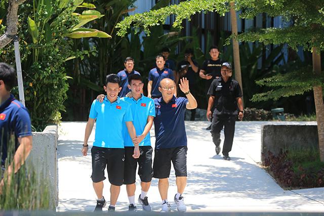 HLV trưởng ĐT Việt Nam vẫy tay chào khi thấy CĐV có mặt ở tiền sảnh khách sạn