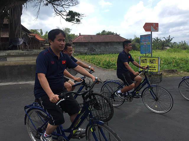 Buổi sáng được nghỉ ngơi, nên các trợ lý, bác sỹ cũng đạp xe quanh khách sạn để tìm cảm giác thoải mái