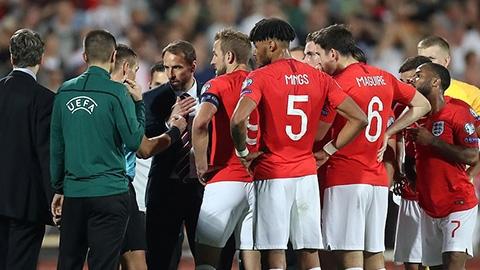 Trận đấu của ĐT Anh bị dừng 2 lần, fan Anh tử vong ở Bulgaria
