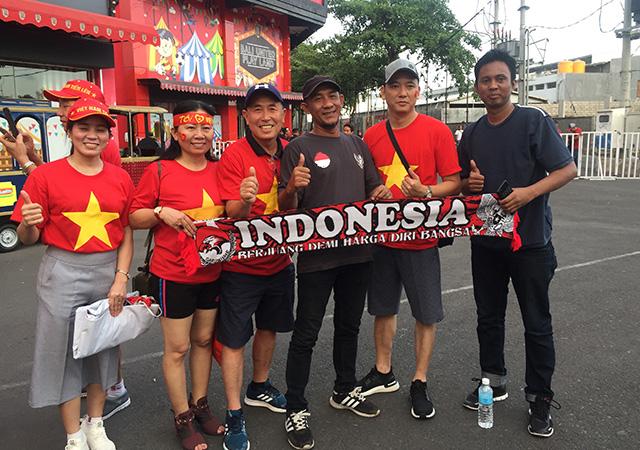 Khác với vẻ ăn thua của BTC, các CĐV của Indonesia và Việt Nam có những cử chỉ thân tình bên ngoài sân trước giờ thi đấu