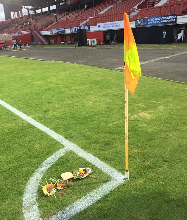 """Không chỉ ở ngoài sân, ở bên trong mặt cỏ, BTC chủ nhà cũng rải những bó hoa nhỏ vừa cúng để """"yểm bùa"""" với hy vọng may mắn sẽ đồng hành cùng Indonesia"""