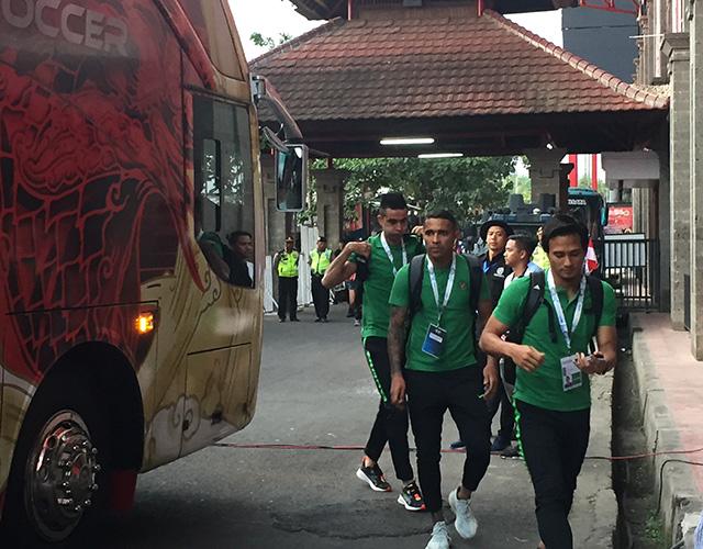 Đội chủ nhà Indonesia cũng ra sân từ sớm. Khác với sự tự tin, thoải mái của Việt Nam, Goncaves và các đồng đội tỏ ra căng thẳng trước trận đấu