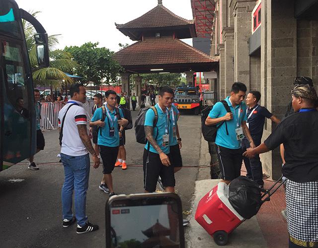 3 giờ trước thời điểm bóng lăn, ĐT Việt Nam đến sân Kapten I Wayan Dipta để chuẩn bị cho trận đấu với Indonesia ở vòng loại World Cup 2022