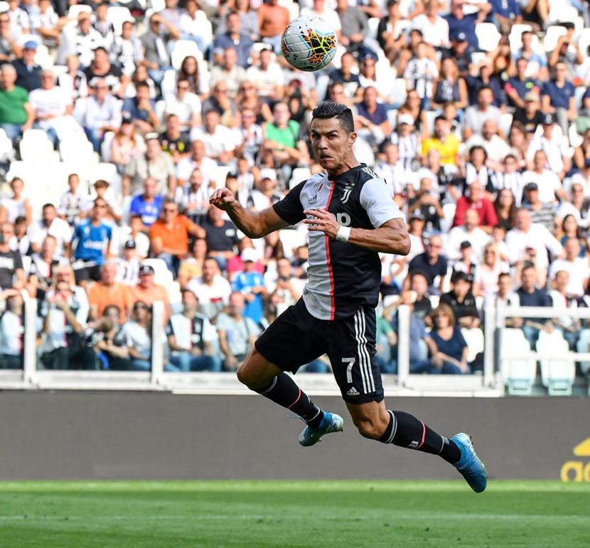 Tiền đạo trái: Cristiano Ronaldo (34 tuổi, Juventus, 90 triệu euro)