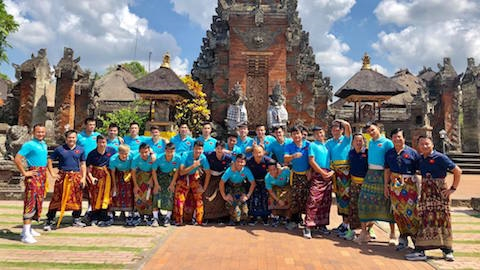 Tuyển thủ Việt Nam tung tăng trong bộ váy truyền thống Indonesia