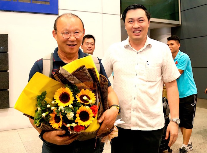 Phó CT VFF Cao Văn Chóng đón và tặng hoa HLV Park hang Seo tại sân bay. Ảnh: Quốc An