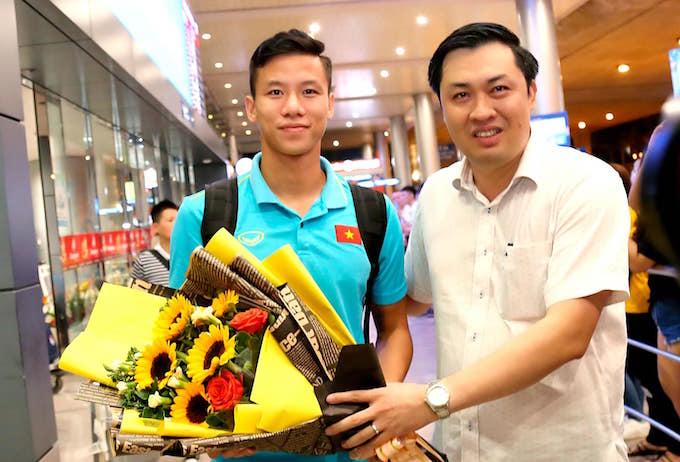PCT VFF Cao Văn Chóng tặng hoa cho thủ quân Quế Ngọc Hải. Ảnh: Quốc An