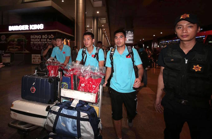 Các cầu thủ phía Bắc tiếp tục nối chuyến về Hà Nội. Ảnh: Quốc An