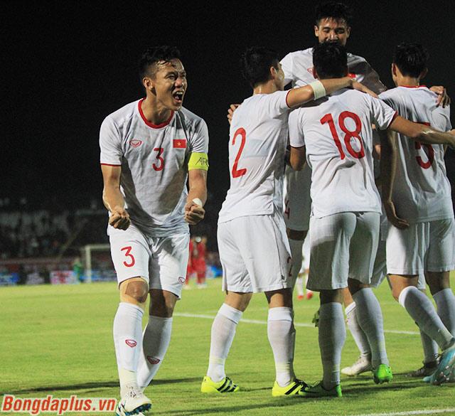 Bàn thắng đó xuất phát từ một đường chuyền xuyên tuyến của một hậu vệ phải. Đó là Trọng Hoàng. Các hậu vệ Việt Nam đóng góp ở cả 3 bàn thắng của Việt Nam
