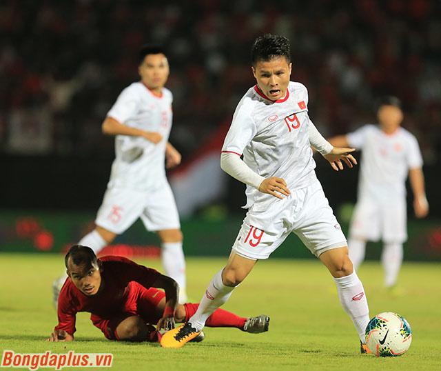 Trước một đối thủ chơi thấp, Việt Nam phải chơi theo cách không giống thói quen. Đó là kiểm soát bóng. Sự linh hoạt của Quang Hải giúp Việt Nam vận hành cách chơi cầm bóng nhiều, gây sức ép lên phần sân đối thủ