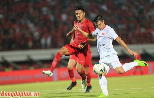 Tiến Linh uy hiếp cầu môn Indonesia với cú sút chéo góc bằng chân trái
