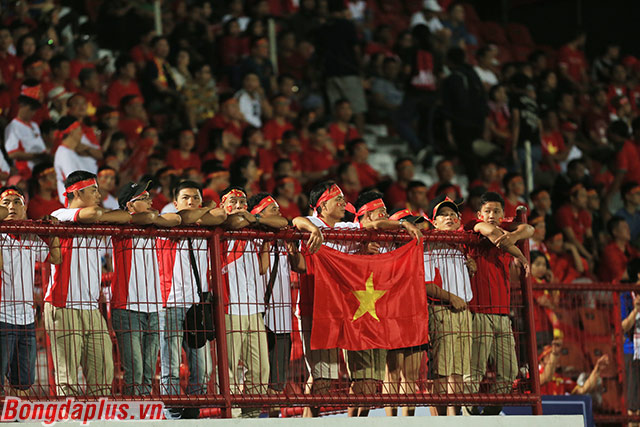 Hơn 300 CĐV Việt Nam tiếp lửa cho thầy trò Park Hang Seo