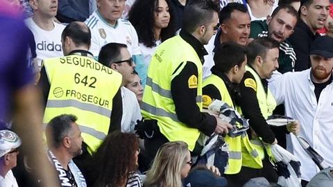 Bảo vệ Real Madrid: 'Không nước uống, phải sống với... chó'