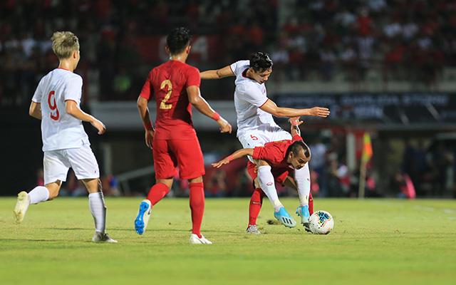 Và tình huống hài hước diễn ra khi cầu thủ cao 1m58 bên phía Indonesia cõng Văn Hậu, cao 1m85 trên lưng ngay trên sân