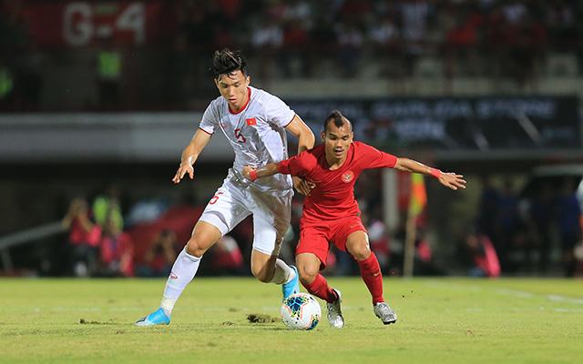 Trong trận đấu giữa Indonesia và Việt Nam, Đoàn Văn Hậu có nhiều tình huống chạm mặt đầy thú vị với cầu thủ thấp nhất trên sân bên phía Indonesia