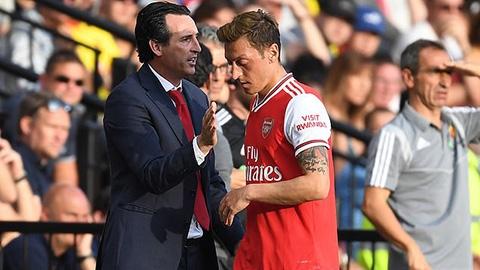 Oezil biết mình là vật tế thần nhưng quyết ở lại Arsenal đến 2021