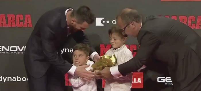 Trong khi ông anh cả Thiago có vẻ khá e thẹn thì cậu em Mateo lại rất tinh nghịch khi bố được trao giải