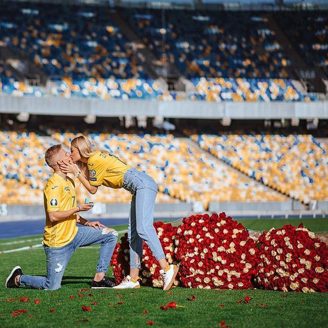 Sau khi cùng ĐT Ukraine sớm giành vé dự VCK EURO 2020, Zinchenko cầu hôn nữ phóng viên thể thao Vlada Sedan ngay trên sân vận động quốc gia và được nàng đồng ý