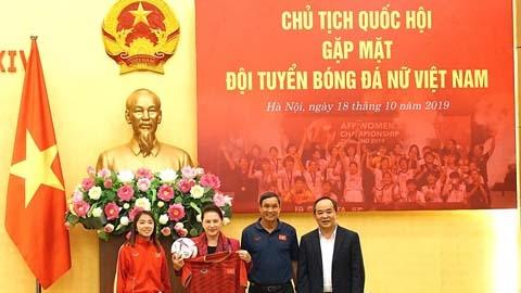 Chủ tịch Quốc hội Nguyễn Thị Kim Ngân gặp mặt, tặng quà ĐT nữ Việt Nam