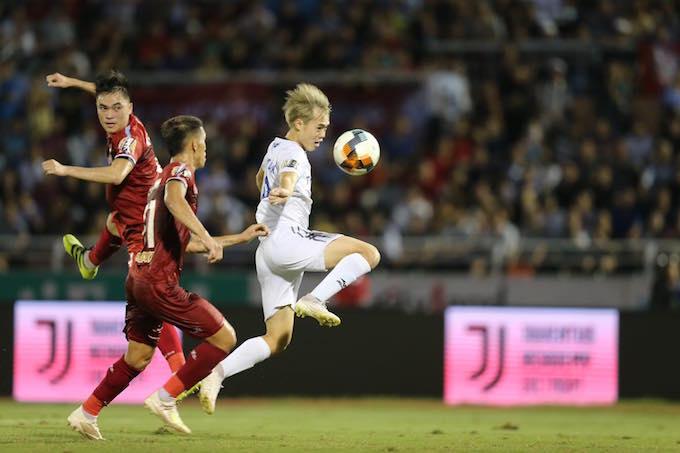 Văn Toàn (áo trắng, HAGL) là cầu thủ xuất sắc nhất trận. Ảnh: Quốc An